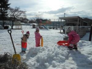 画像:雪を固めてすべり台を作ろう!