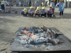 画像:鉄板の上でおき火作りです