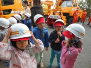 画像:みんな、ヘルメットを装着しました