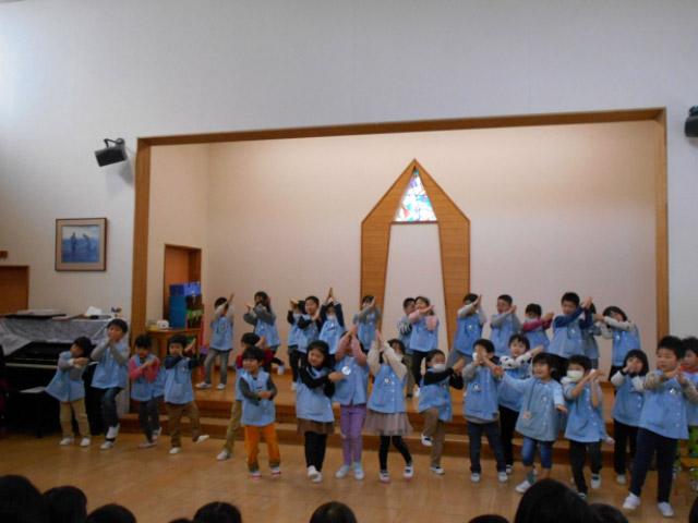 画像:年長・すみれ組のダンス「パプリカ」
