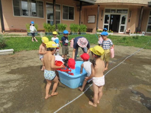 画像:暑い日はやっぱり水遊びが大人気です。