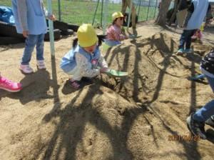 画像:砂場に大きな山が3つもできたよ!!