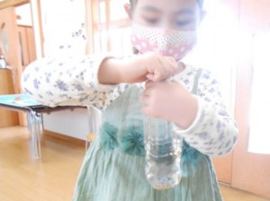 画像:良いお米をペットボトルに入れてフリフリ振って。もみに空気を十分なじむように!
